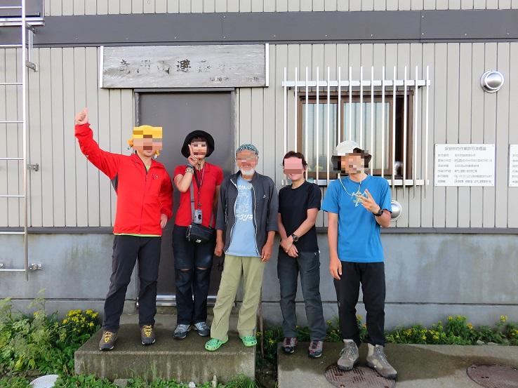 竜門山避難小屋の前での集合写真