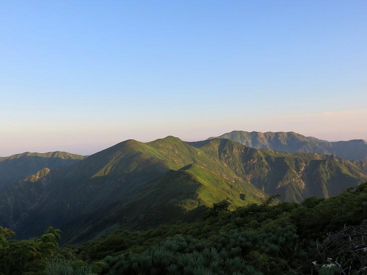 テント泊装備を担いで歩いて来た朝日連峰の稜線