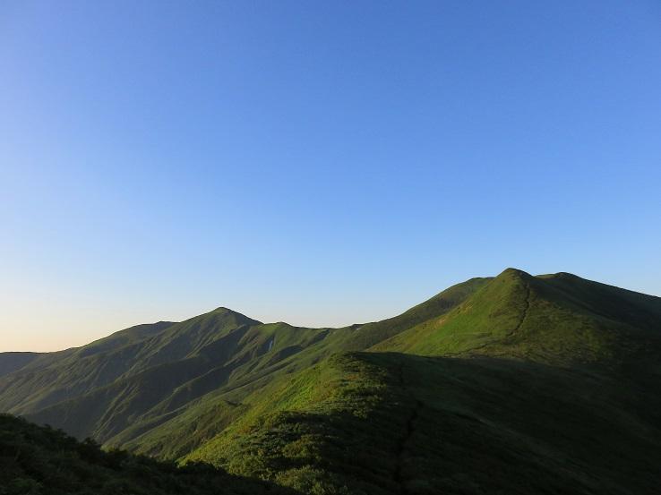 右のピークが西朝日岳