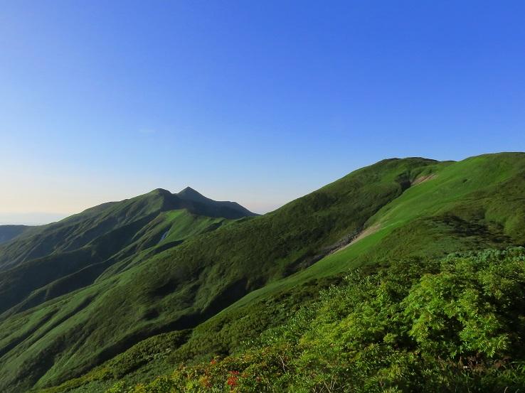 綺麗な三角形のお山が大朝日岳