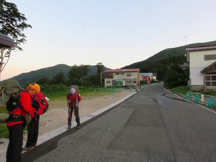 姥沢駐車場から月山の山頂を目指してスタート