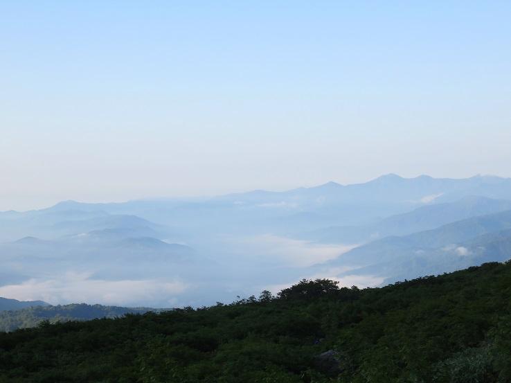 正面奥の山並みが大朝日連峰