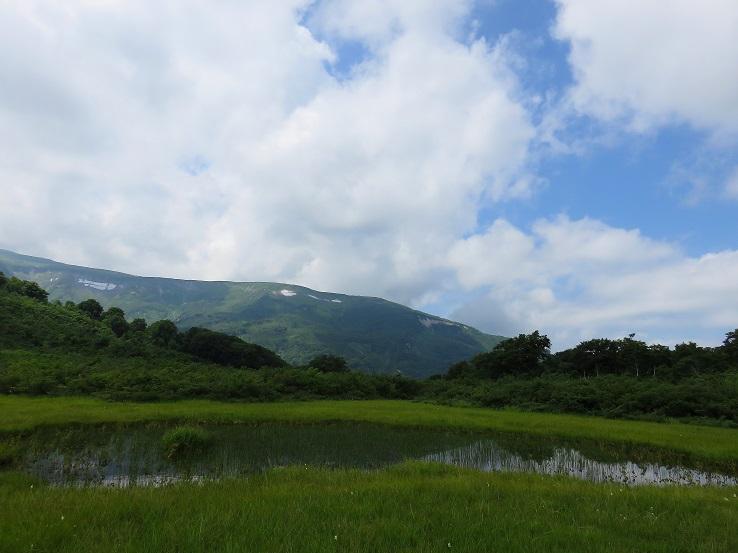 池塘に映る逆さ月山