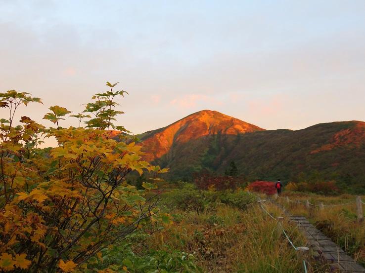 朝日に照らされる火打山