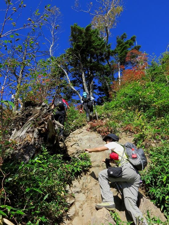 高妻山の山頂直下は岩