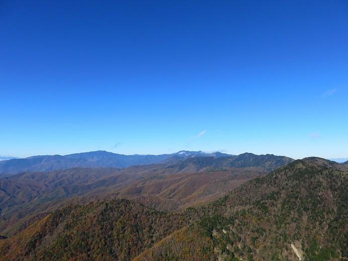 飛龍山の禿岩から奥秩父の山々を一望