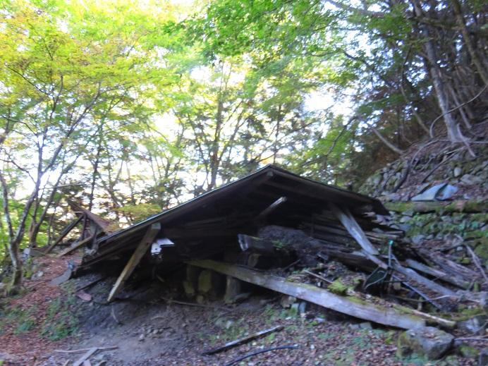 登山道の脇の廃屋