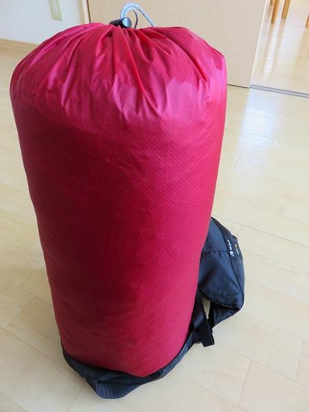 ナンガの寝袋をコンプレッションバッグへ挿入