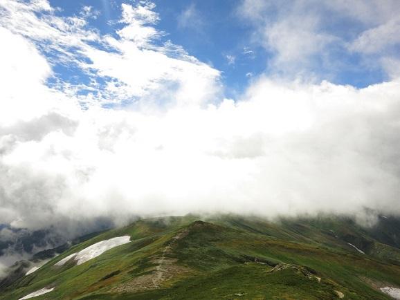明日歩く飯豊山連峰方面の景色