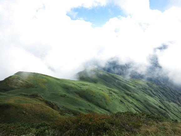 飯豊本山小屋~大日岳間の稜線も急速に天候が回復