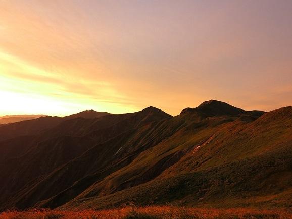 朝焼けの飯豊連峰の稜線
