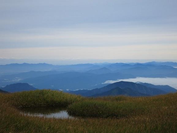 山々と池塘