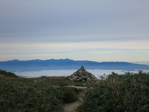 飯豊ケルンが朝日連峰へ導いて