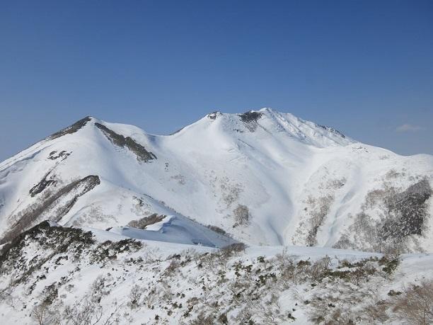 谷川~巻機山国境稜線上左が笠ヶ岳、右が朝日岳