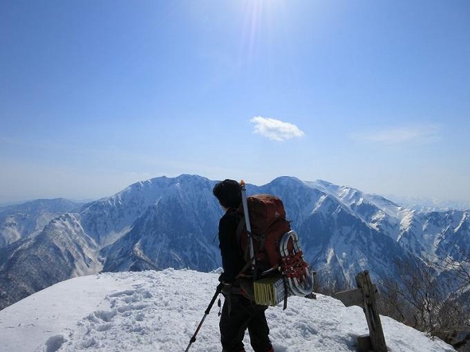 白毛門の山頂と谷川岳の展望