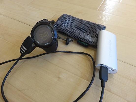 登山用GPSウォッチの充電の様子