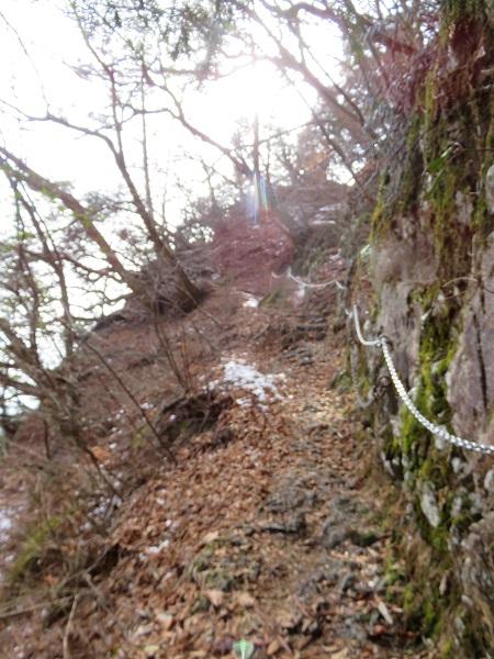 鍋割山まで高度感がある登山道滑落注意