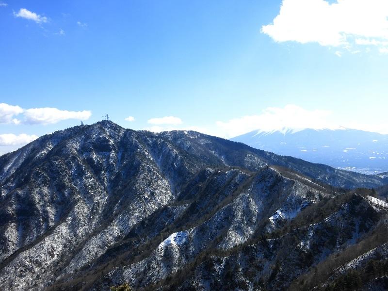 本体ヶ丸から三ツ峠山の景色