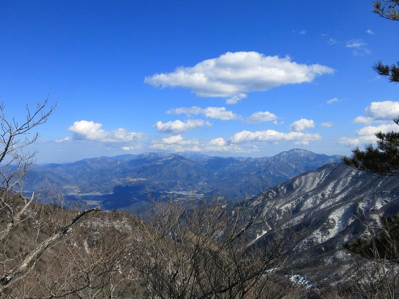 清八山から振り返っての笹子方面残雪期の景色