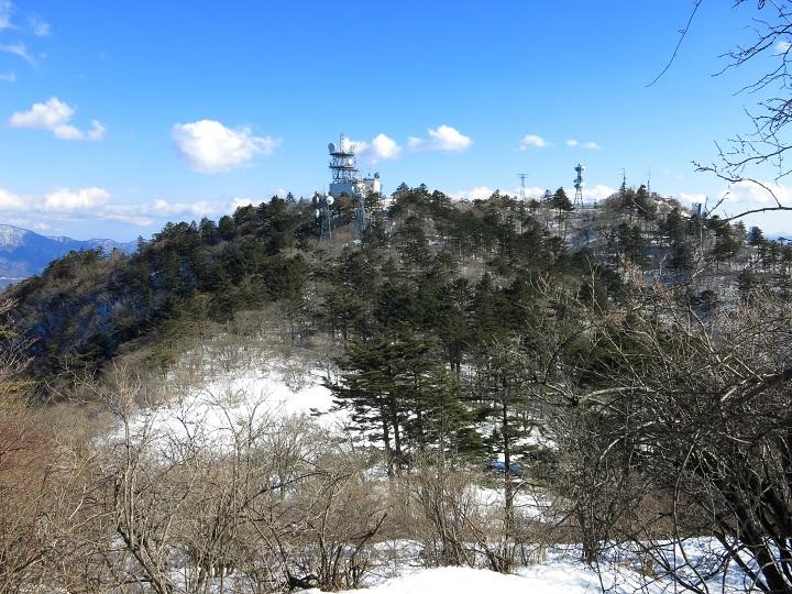 三ツ峠山の開運山残雪期の景色