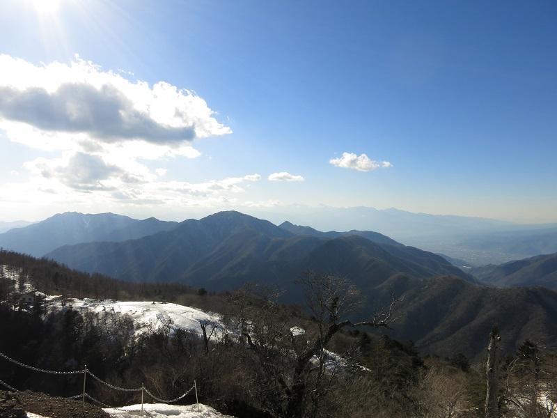 三ツ峠最高峰開運山から御坂山塊残雪期の景色