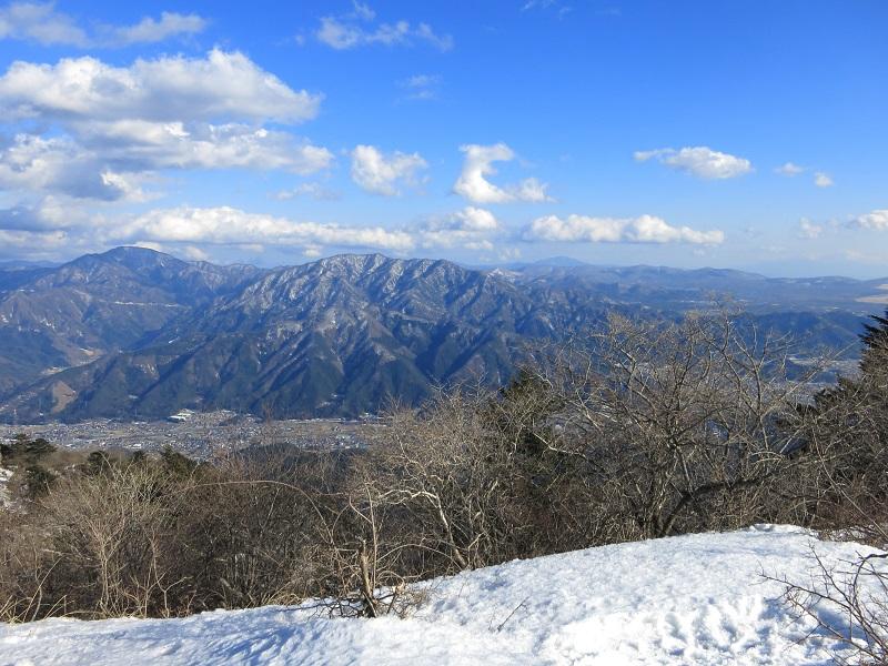三ツ峠山から杓子山、御正体山や丹沢山方面残雪期景色