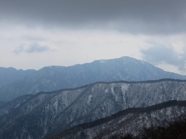 大山も真っ白な雪景色