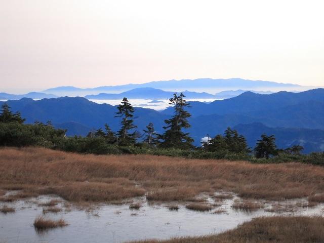 平ヶ岳の池塘と只見湖方面