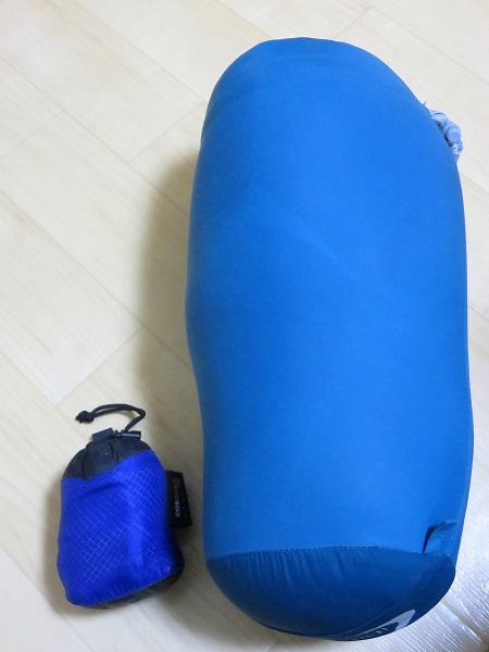 寝袋とアタックザックで大きさを比較