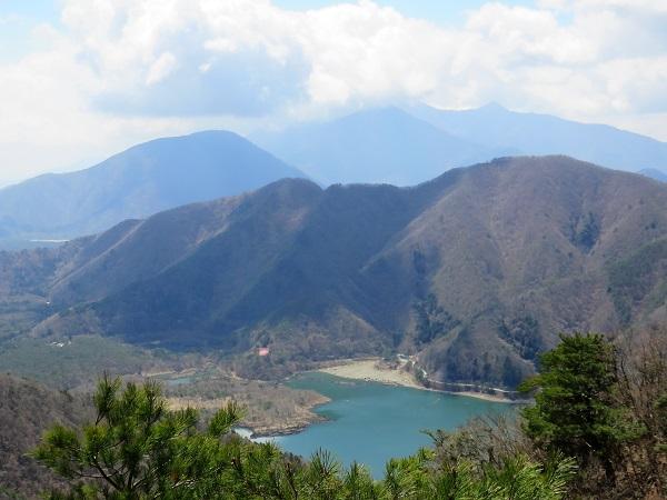 五湖山から三方分山を目指すと精進湖が見えてきた