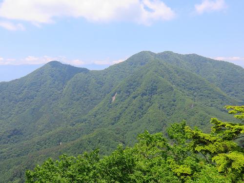 曲岳周辺から左に見えるのが茅ヶ岳右の双耳峰が金ヶ岳