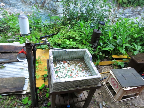 赤湯温泉建屋前にあるの水場