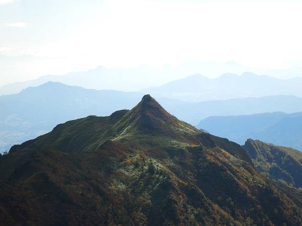 剣ヶ峰山北アルプスの槍ヶ岳似た景色
