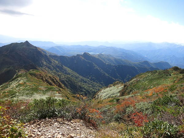 剣ヶ峰山から西峰・高手山へ至る高手新道の稜線