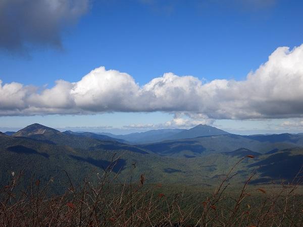 中央右の双耳峰が燧ヶ岳左のピークが至仏山
