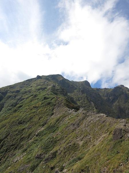 左のピークがトマノ耳(標高1963m)、右のピークがオキノ耳(標高1977m)