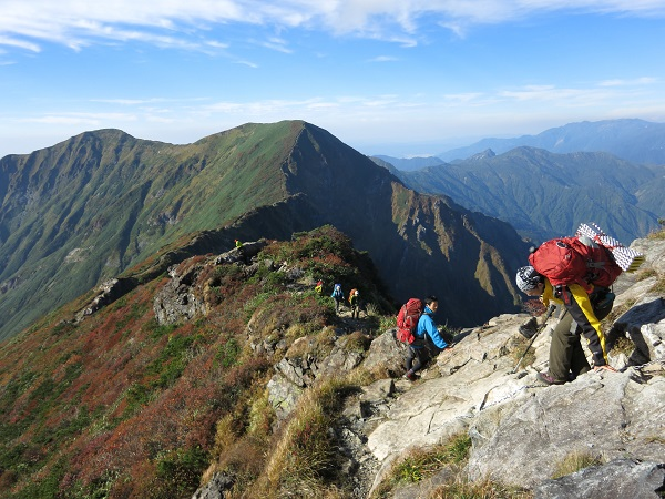一ノ倉岳と茂倉岳高度感がある岩稜歩き