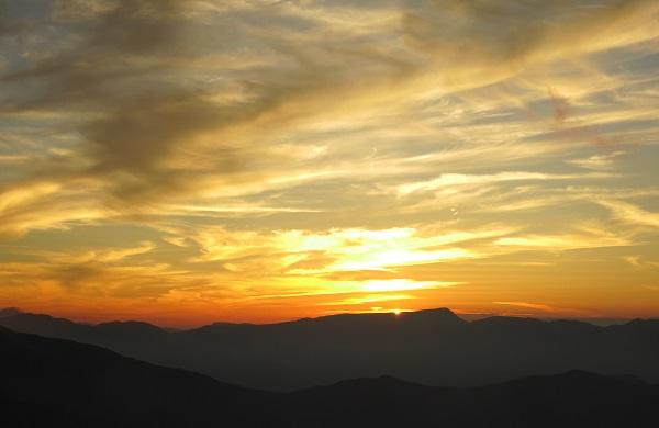 苗場山に太陽が沈む