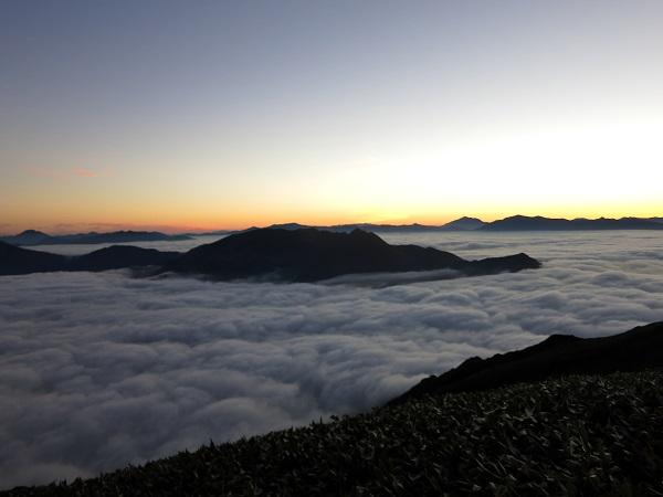 谷川岳馬蹄形を雲海がビッシリ