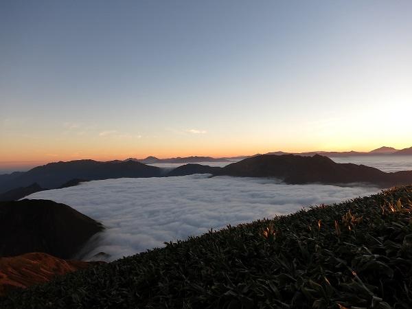 谷川岳馬蹄形な形に雲海がびっしり