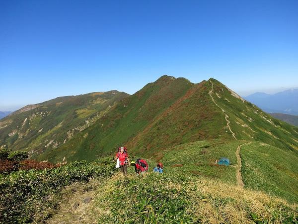 笠ヶ岳山頂から見る朝日岳