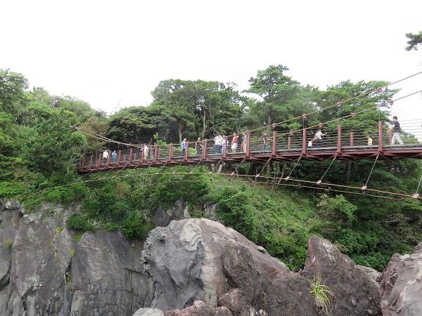 門脇吊橋を渡っている人