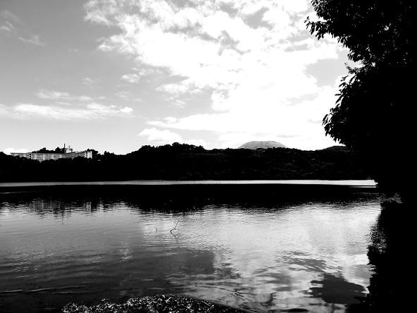 白黒の一碧湖