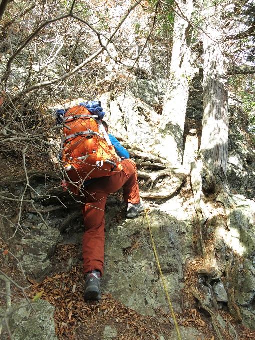 岩と縄場が多く登山者大変
