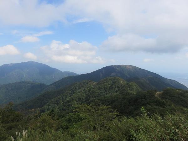 三ノ塔の山頂と、左手奥に見るのが大山