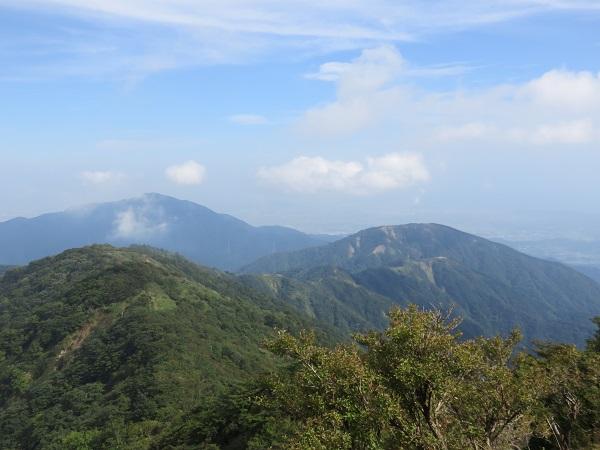 塔ノ岳山頂から左上が大山で、右のピークが三ノ塔