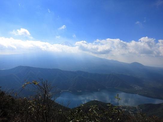 十二ヶ岳の山頂からの富士山の眺め