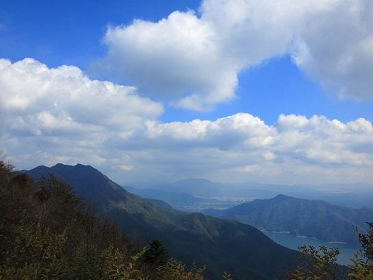左鬼ヶ岳で、右側が五湖台
