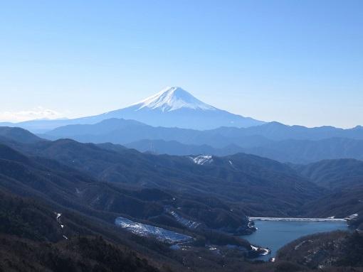 大菩薩嶺の稜線から大菩薩湖景色