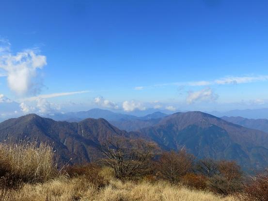 右のお山が大室山で奥に見えているのが御正体山